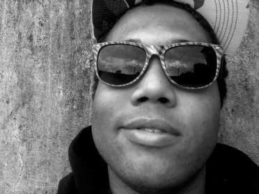 """Rodrigoh Vicente, 26 anos. Há cerca dez anos é um representante do graffiti arte a vertente mais popular da cultura de arte urbana. Nas rua ele é Cros One! Atualmente envolvido no projeto de oficina de Graffiti totalmente desenvolvido por moradores para moradores do Jacarezinho, o projeto MaknArt é um dos três contemplados na última edição do edital do PAT. """"O Favelado 2.0 vai ser uma ótima oportunidade de mostrar a nova cara do Jacarezinho já que está mais do que na hora de mostrar que nós não somos só presença garantida nos notíciarios policiais, somo raça, história, força, nós somos Jacarezinho!"""" Morador do Jacarezinho."""